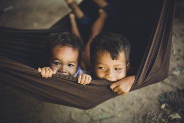 カンボジアの村での一コマより ハンモックに揺れる子供達