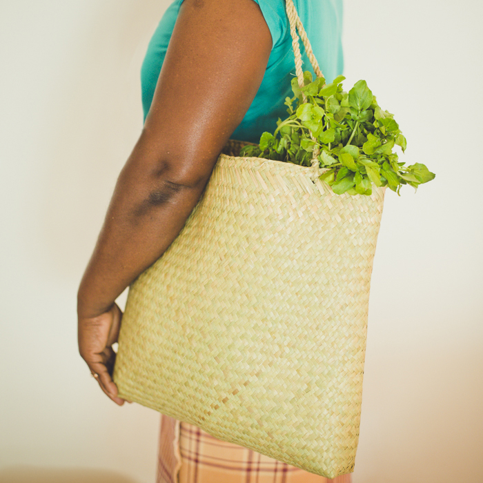 カンボジア産手編みバッグをモザンビークにて撮影。