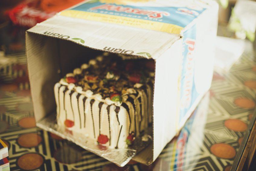 巨大ダンボールケーキにまつわるお話 アフリカ産誕生日ケーキ