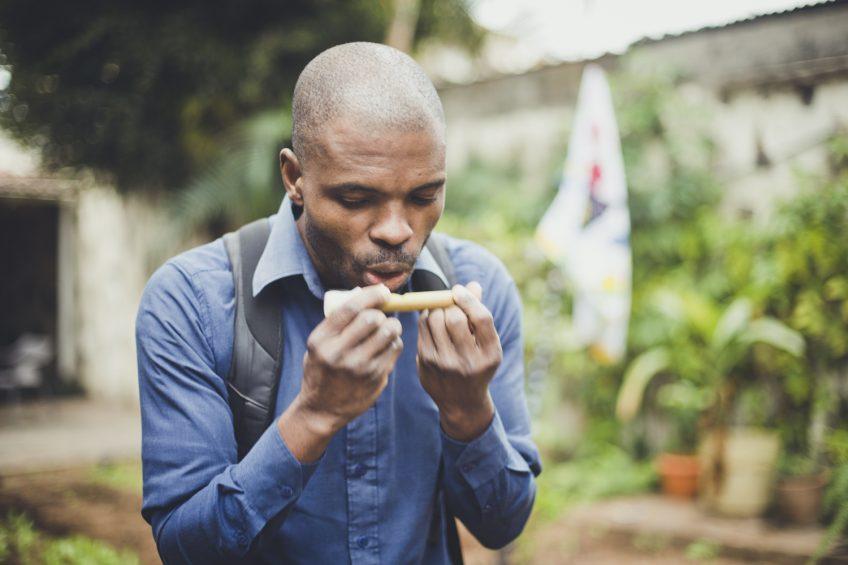 パパイヤで笛作り モザンビークの知恵