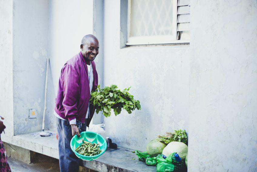 魚屋に引き続き、今度は八百屋。隣のおじさん。アフリカ・モザンビーク生活